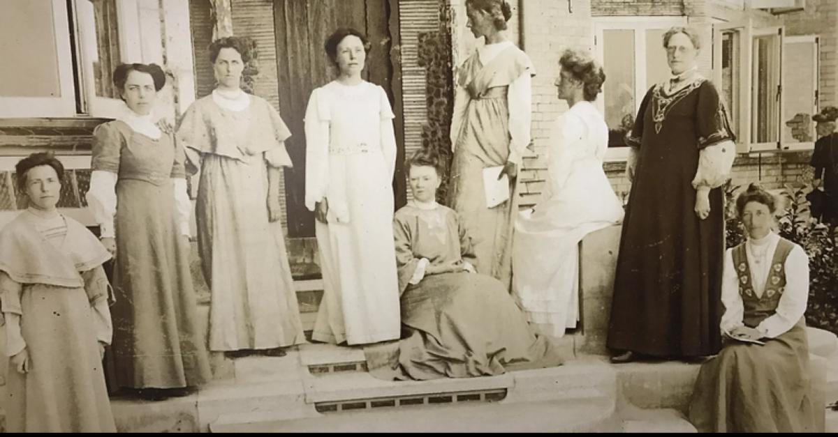 A importância histórica dos bolsos em peças do vestuário feminino