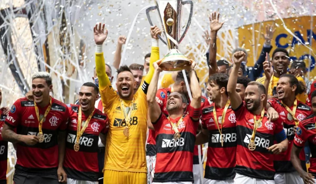 Qual é o time de futebol brasileiro com mais títulos?