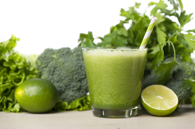 Um dos sucos detox mais populares, o suco verde, é ótimo para emagrecer rápido e secar barriga.