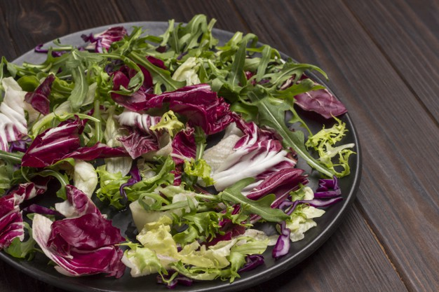 Folhosos são um dos alimentos para comer no almoço e emagrecer.