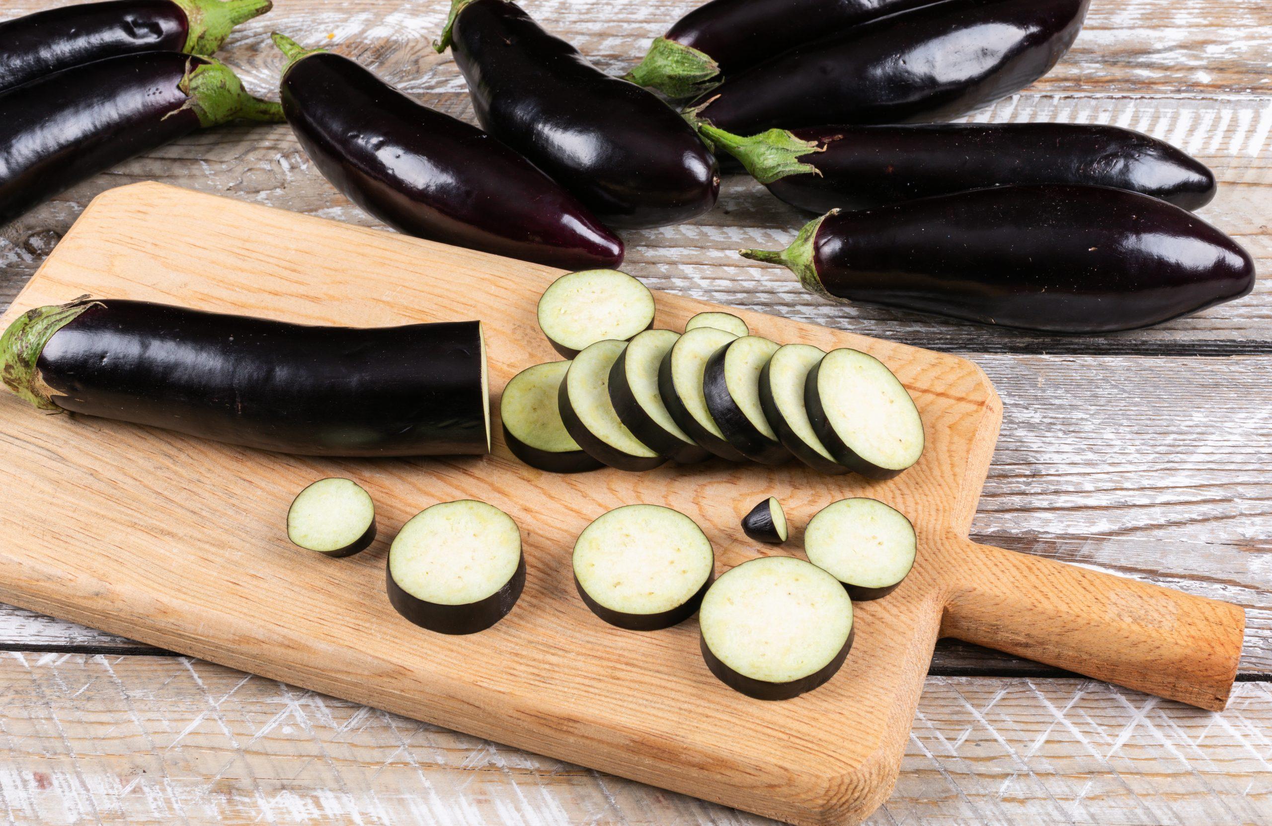 A berinjela está entre os alimentos que ajudam a emagrecer.