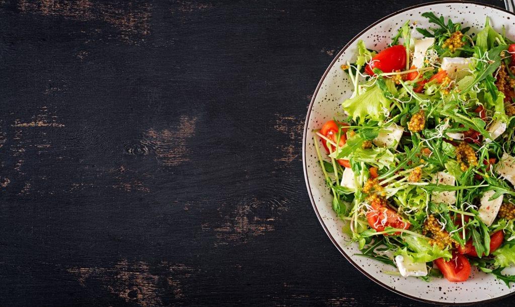 Ingerir alimentos saudáveis, como saladas e chás, no jantar pode ajudar a emagrecer.