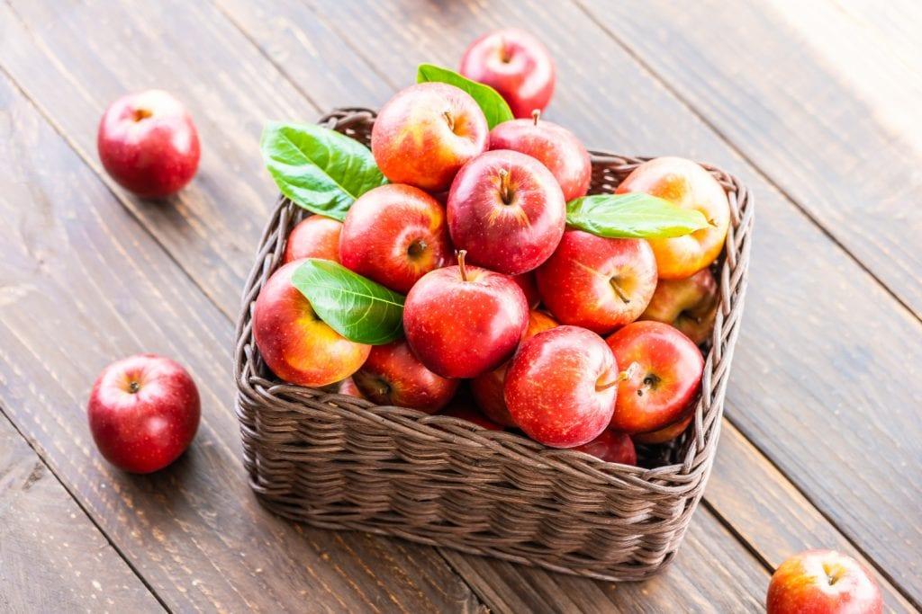 Maçãs estão entre os alimentos que ajudam a emagrecer rápido.
