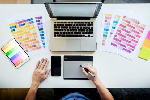 Os designers gráficos são os principais responsáveis por criar páginas atrativas para os clientes.