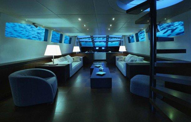 Por mais que esteja entre os hotéis embaixo do mar, o Submarino Lovers Deep é um submarino real que está no oceano.