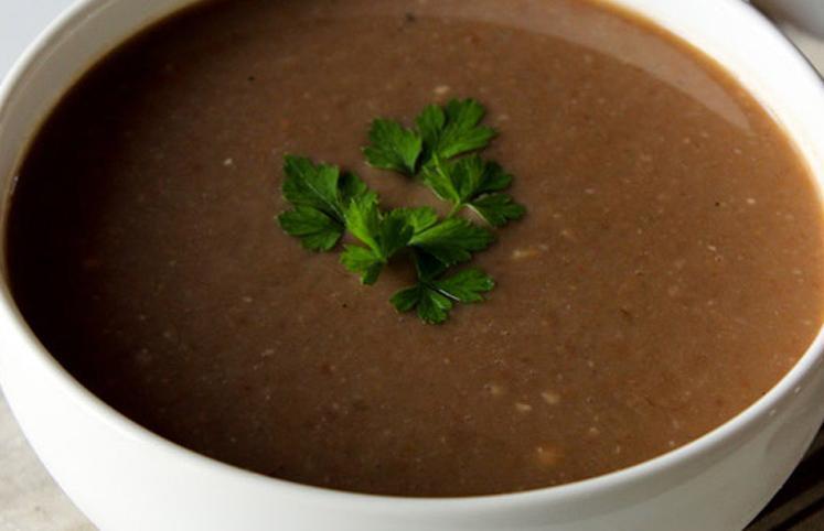A sopa de feijão é uma das receitas perfeitas para emagrecer no frio.