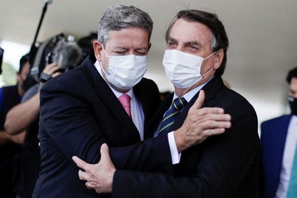 O Presidente prometeu ministros técnicos, contudo, convidou Pazuello para o Ministério da Saúde.