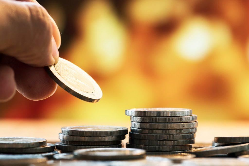 Sonhar com moedas indica problemas familiares, como infidelidade.