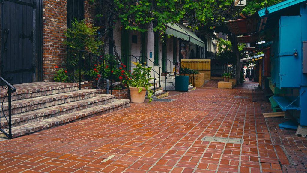 Vista das barracas da feirinha mexicana em Olvera Street.