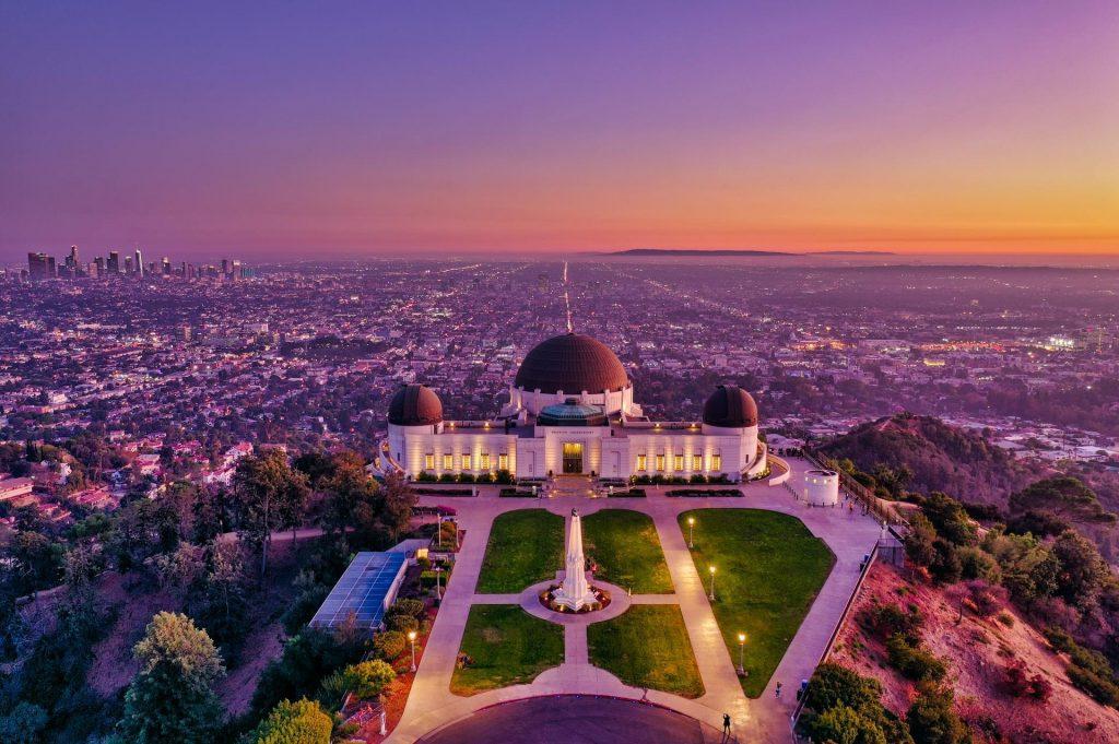 Vista aérea do Griffith Observatory com Downtown Los Angeles ao fundo.