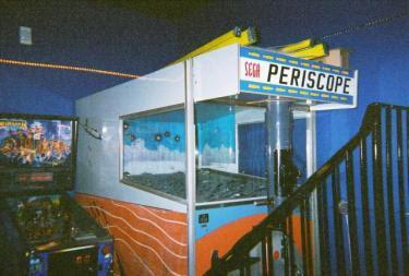 Uma máquina de Periscope em um antigo fliperama.