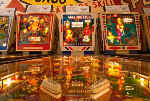 Máquinas de pinball em exposição no Pacific Pinball Museum.