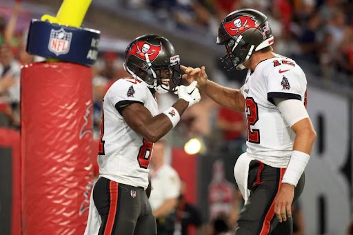 Antonio Brown e Tom Brady celebrando o Touchdown em seu primeiro jogo da NFL 2021/22.