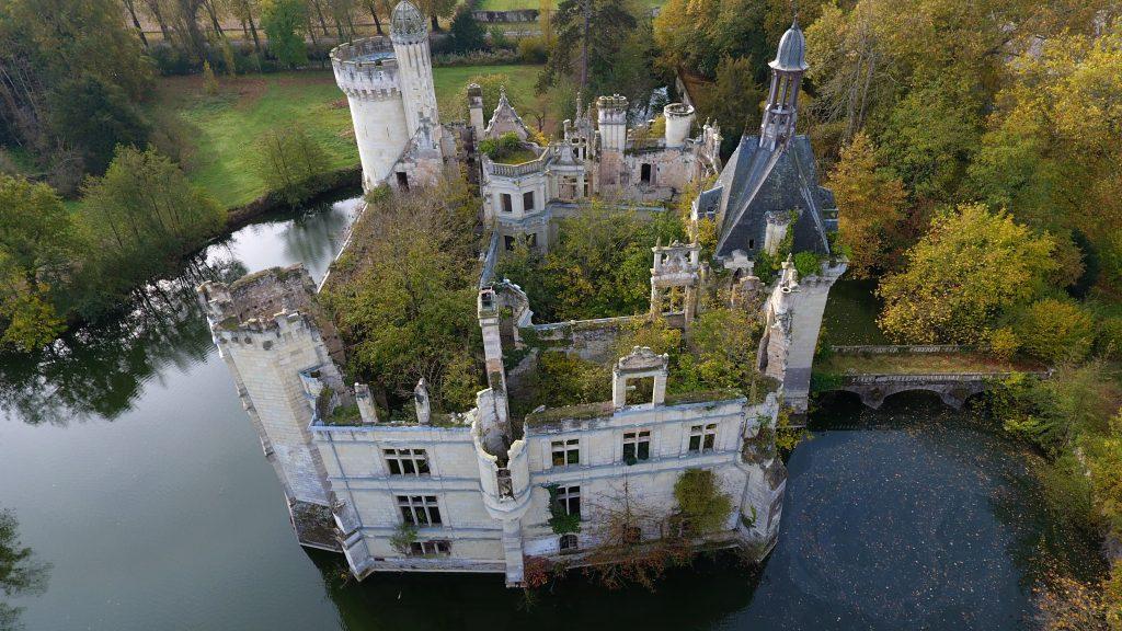 O Château Mothe-Chandeniers é um dos poucos castelos abandonados na França que estão para visitação.