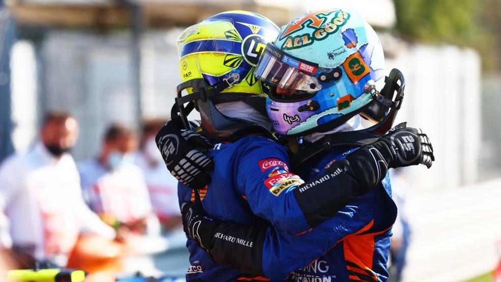 Lando Norris (capacete amarelo) e Daniel Ricciardo (capacete azul) comemoram a dobradinha da McLaren, a primeira em onze anos.