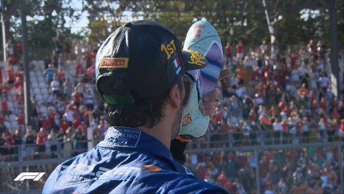 No pódio, australiano bebeu champanhe direto da sapatilha que usou durante a prova.