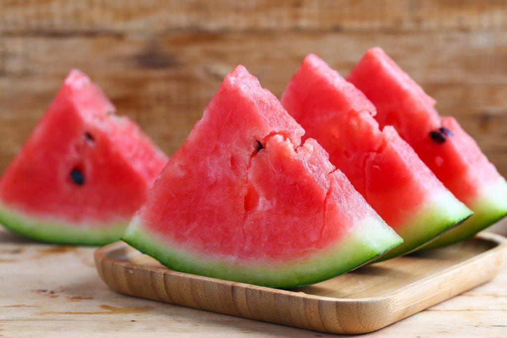 A melancia é rica em fibras e água, o que ajuda com a retenção de líquidos.