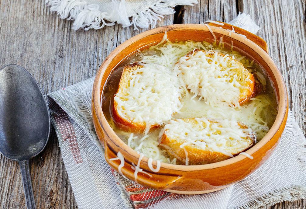 A sopa de cebola é um prato típico da gastronomia francesa no inverno.