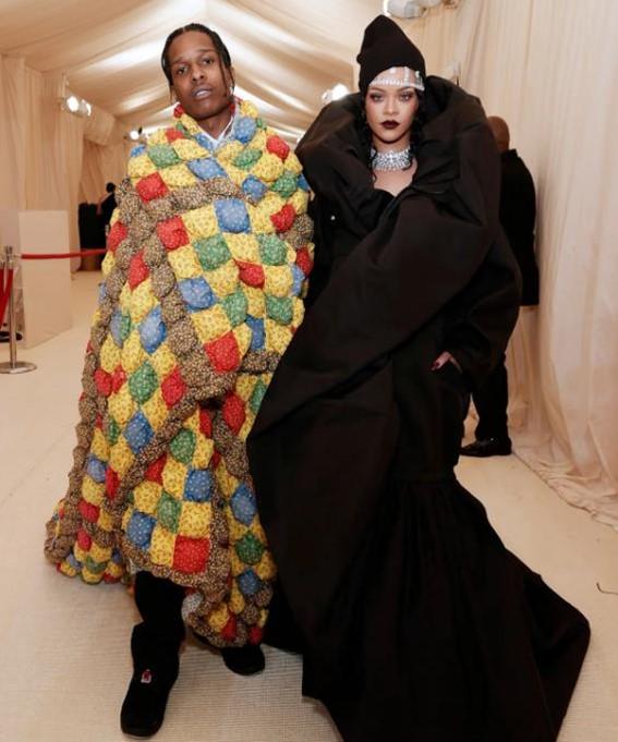 Rihanna e ASAP Rocky no Met Gala 2021.