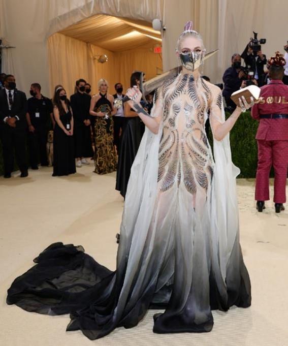A cantora Grimes no Met Gala 2021.