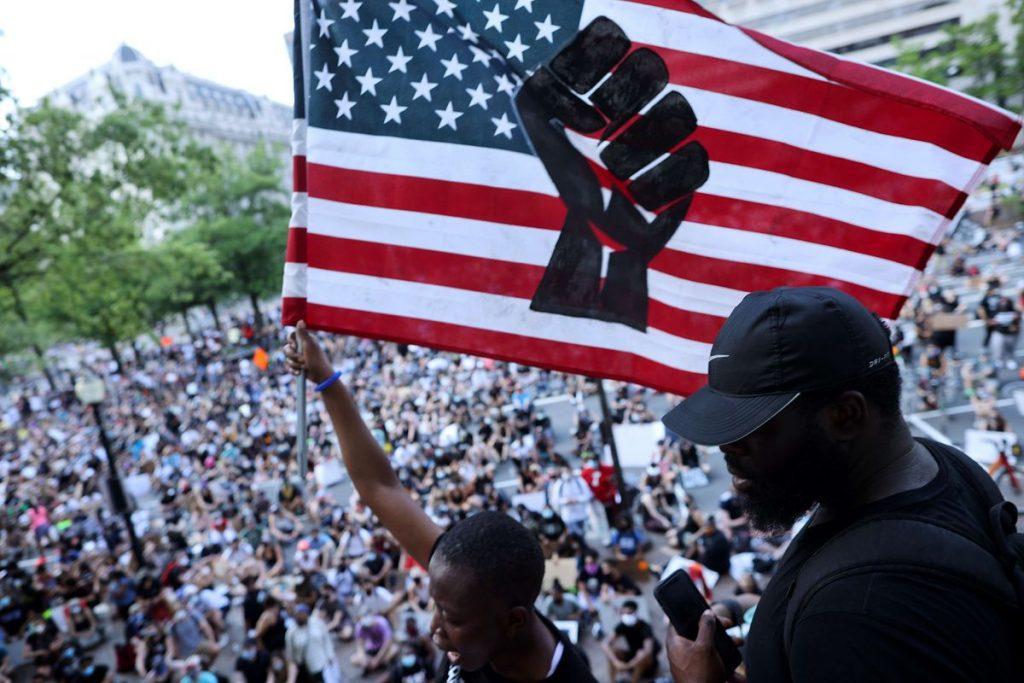 Os negros estadunidenses enfrentam o Estado e o racismo estrutural.