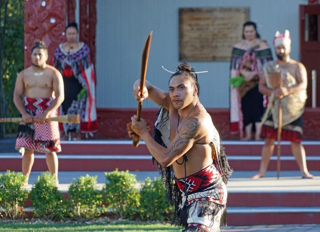 Os maori são os habitantes originais do país.