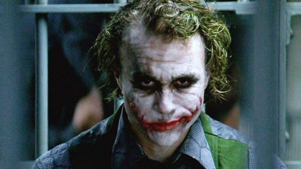 O Coringa, interpretado por Heath Ledger.