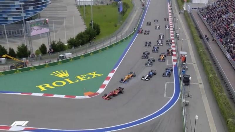 A primeira curva da corrida em Sochi, no GP da Rússia.
