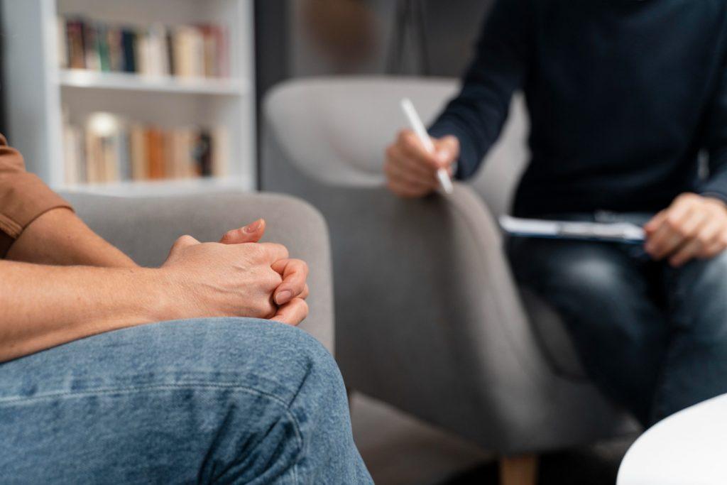 Compreenda como a terapia pode colaborar com relações saudáveis.