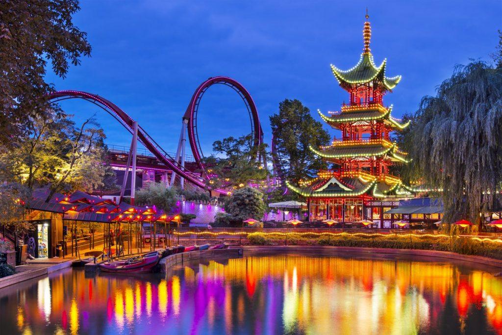 Os Jardins de Tivoli, na Dinamarca, é um dos parques de diversão mais antigos do mundo.