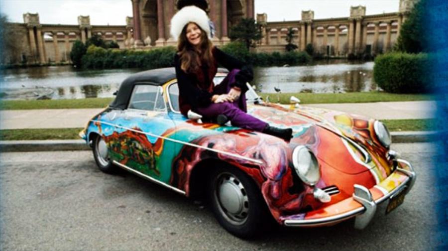 A cantora e seu carro.