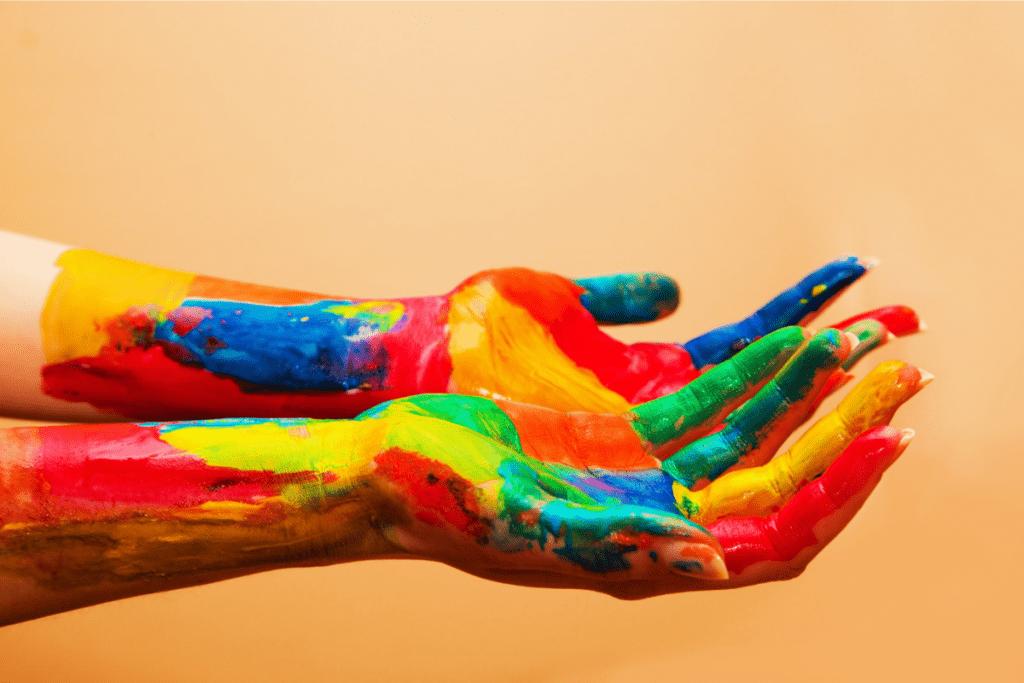A arteterapia é uma modalidade terapêutica que mistura arte e saúde mental.