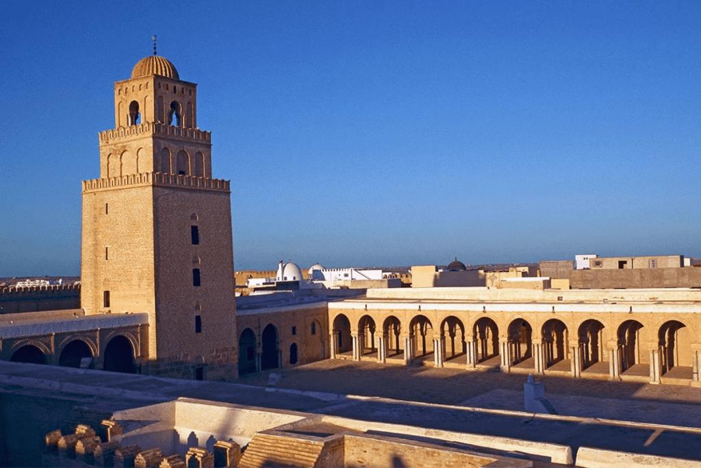 Al Qayrawan é conhecido por sua cultura, arquitetura e religiosidade.