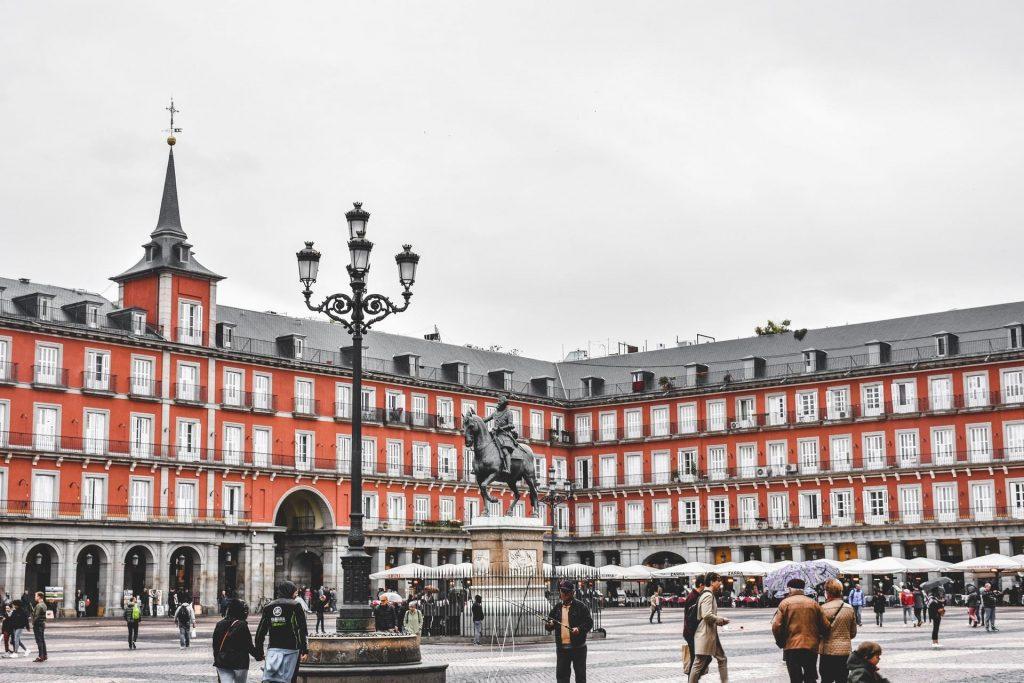 Plaza Mayor, em Madrid, com estátua do Rei Filipe III.