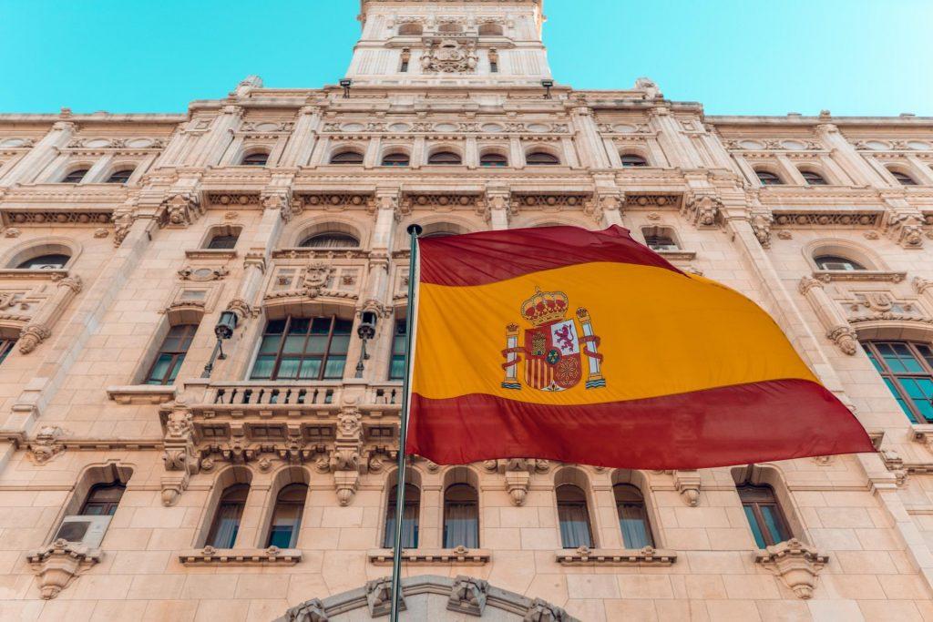A bandeira, assim como o hino, é um dos símbolos nacionais.