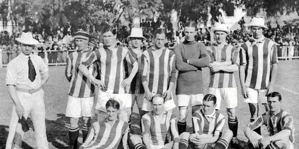 Equipe do Exeter City F.C pronta para o jogo contra a seleção brasileira.