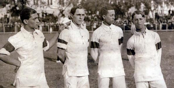 Jogadores brasileiros usando o uniforme totalmente branco com detalhe azul nas mangas.